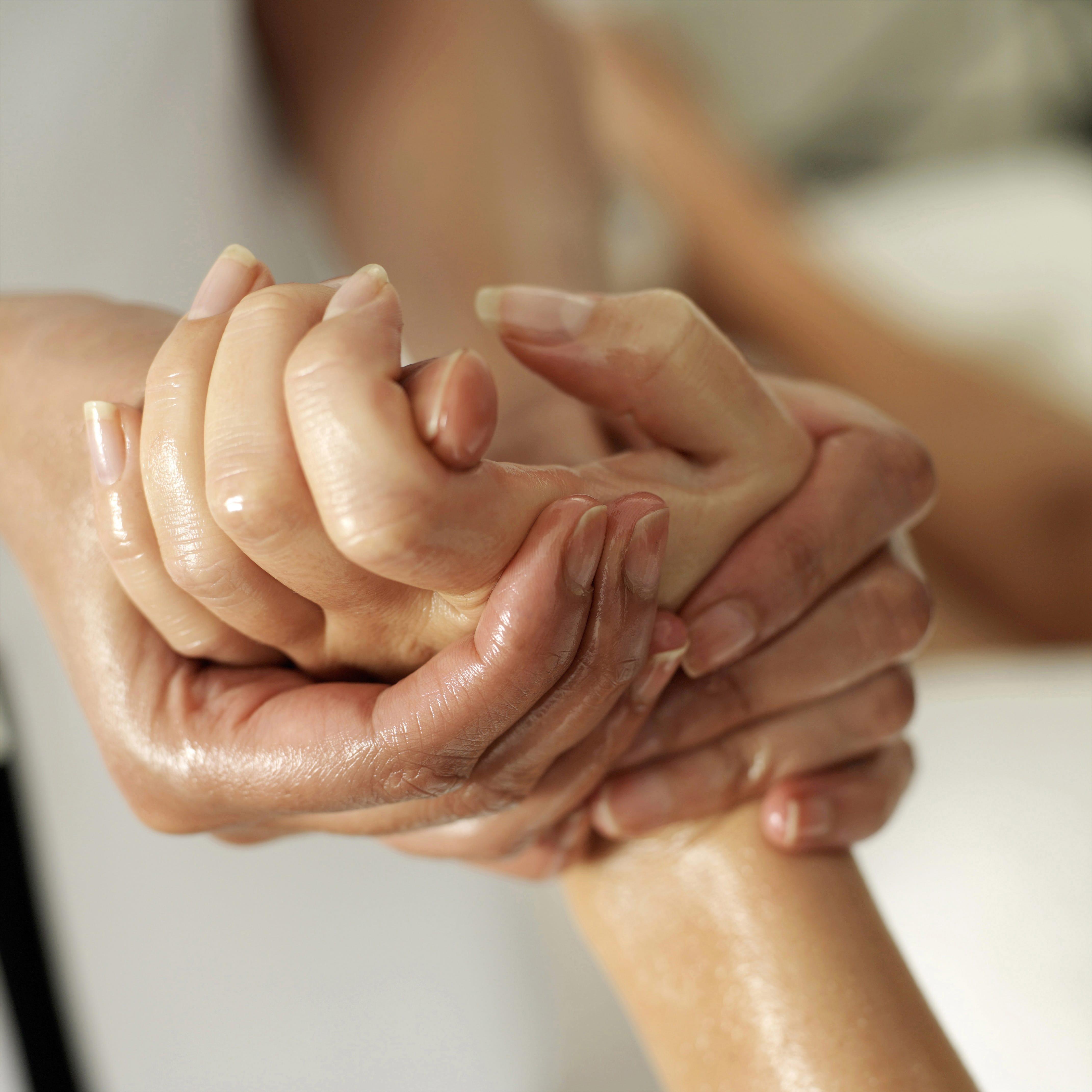 hands-min